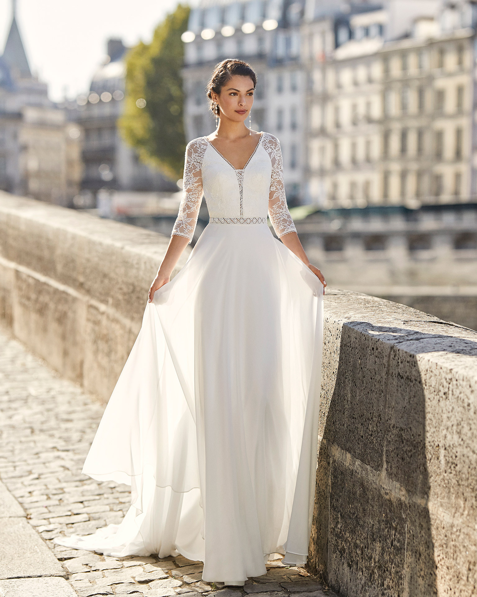 Wedding dress in chiffon. V-neckline in lace, three-quarter sleeves in lace and low triangle back in lace 2021 ALMANOVIA Collection.