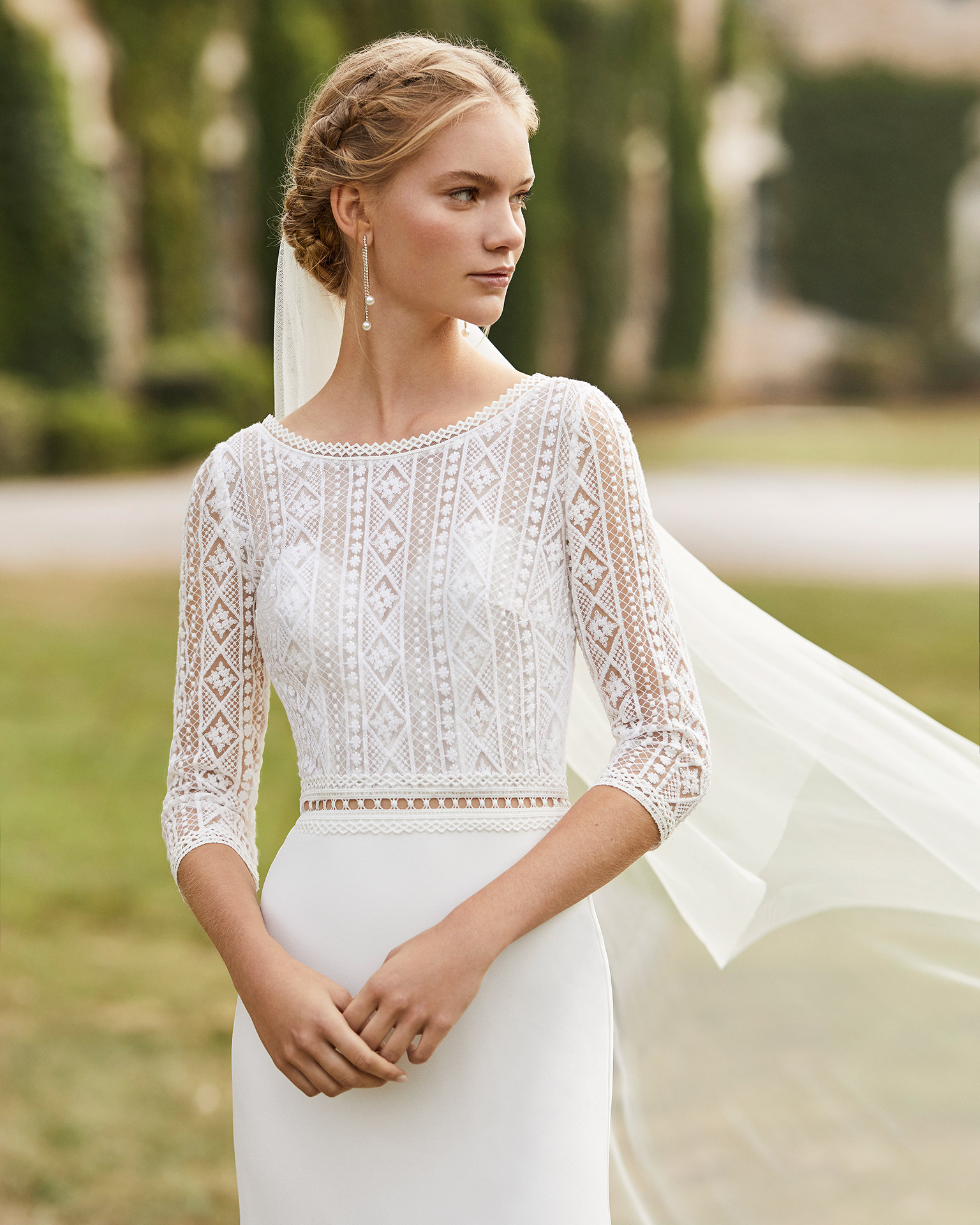 Wedding dress in crepe. Bateau neckline lace, three-quarter sleeves in lace, lace belt and V-back in lace. 2021 ALMANOVIA Collection.