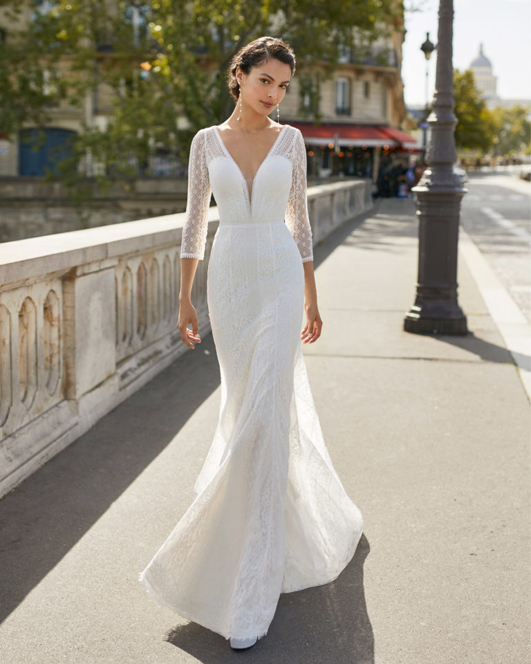 Lace wedding dress. V-neckline, three-quarter sleeves in lace and closed lace back with buttons. 2021 ALMANOVIA Collection.