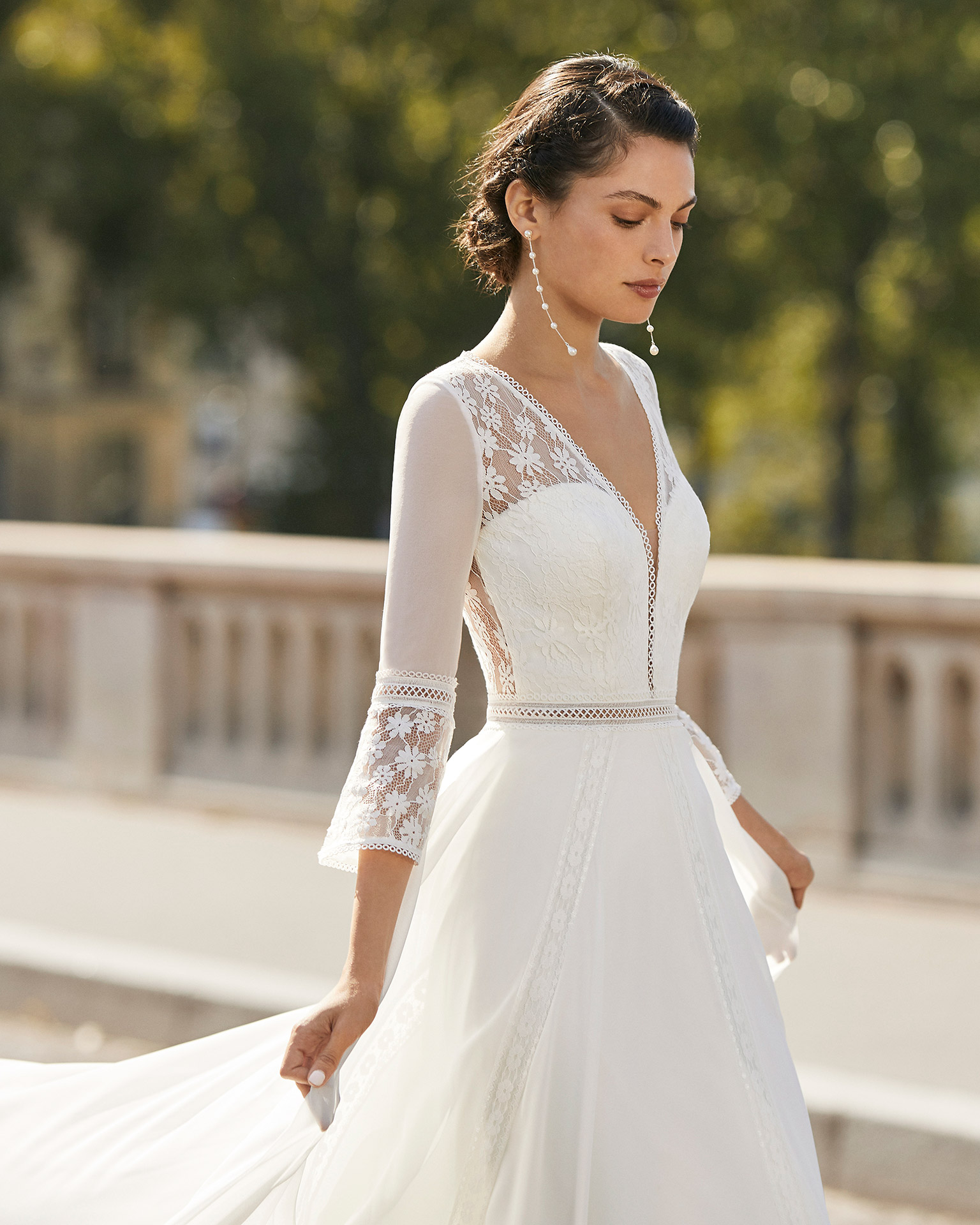 Wedding dress in chiffon. V-neckline in lace, three-quarter flared sleeves in chiffon and lace and lace back with buttons. 2021 ALMANOVIA Collection.