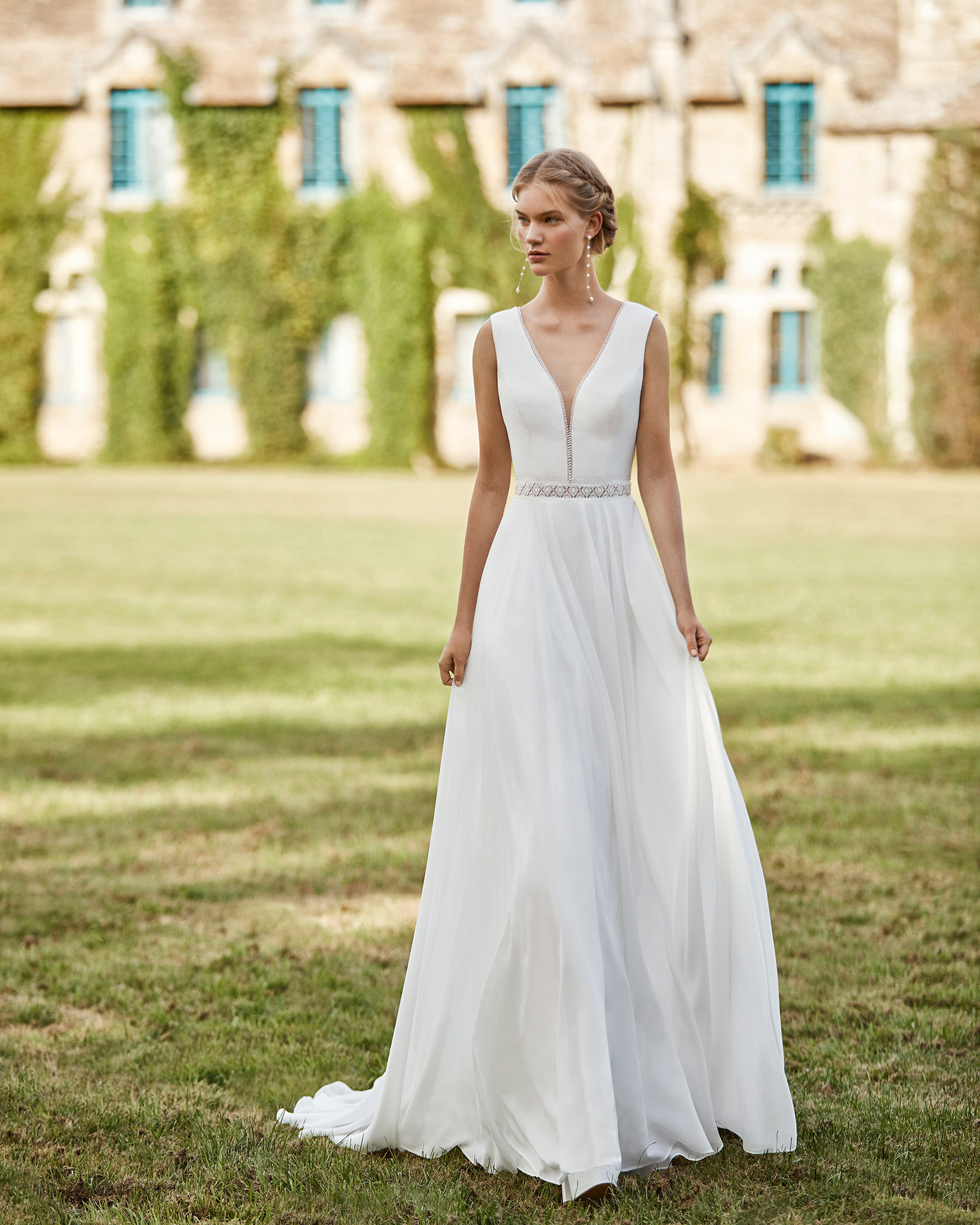Wedding dress and long bridal jacket in chiffon. Body with chiffon with deep-plunge V-neckline, wide chiffon shoulder straps and low V-back. With detail of lace at waist. 2021 ALMANOVIA Collection.