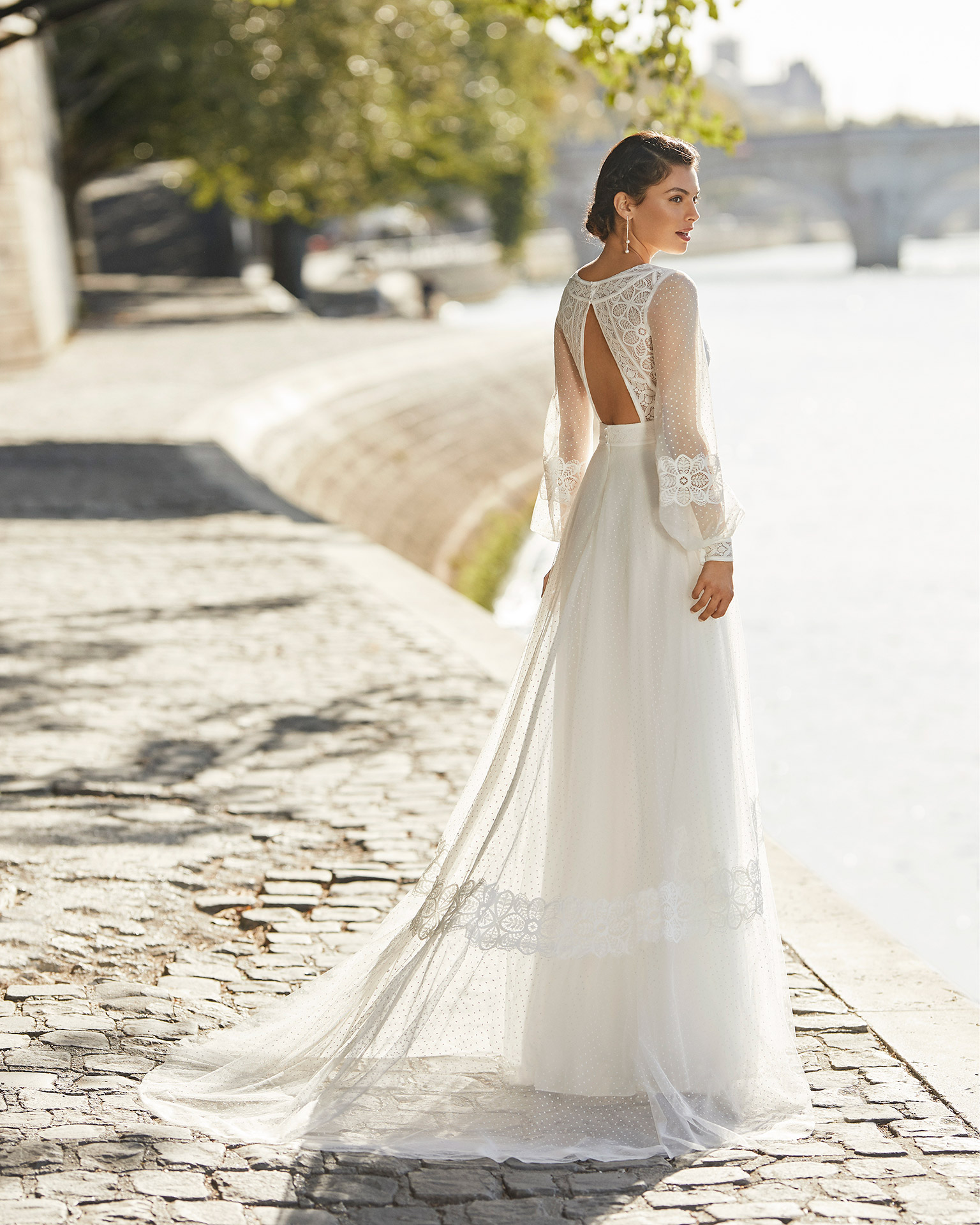 Wedding dress in dot tulle. V-neckline, long sleeves in dot tulle and triangle back. All in lace. 2021 ALMANOVIA Collection.