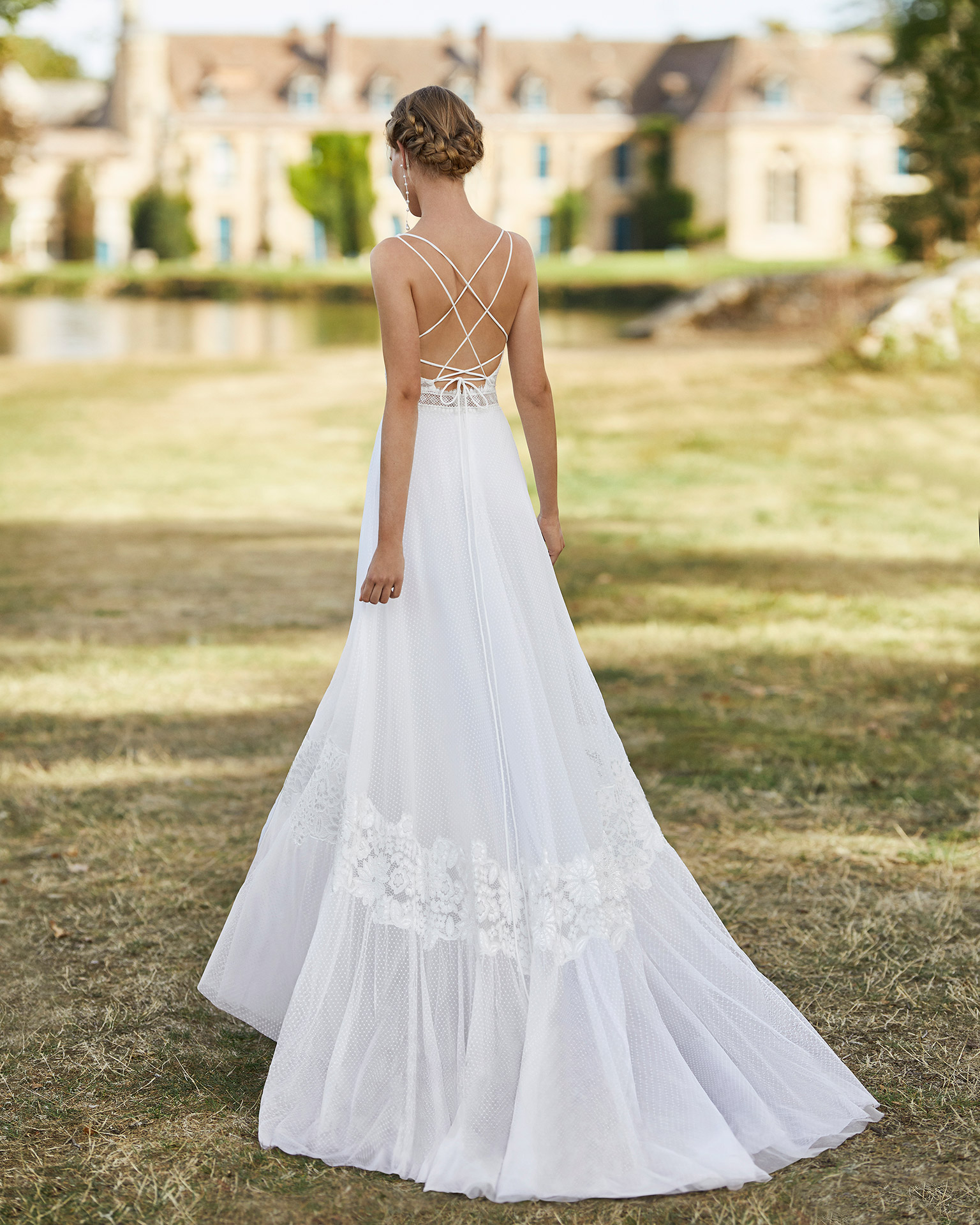 Wedding dress in dot tulle. Bateau neckline in lace, with shoulder straps and low back with shoulder straps. 2021 ALMANOVIA Collection.