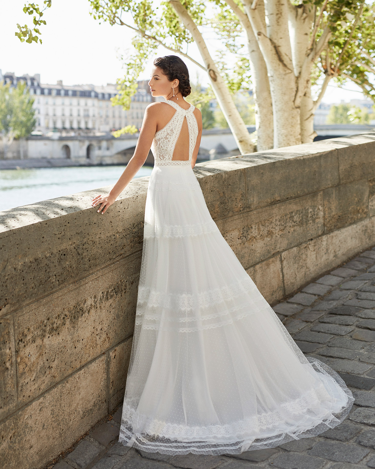 Wedding dress in dot tulle. V-neckline in lace, with shoulder straps and lace back with shoulder straps attached to collar. 2021 ALMANOVIA Collection.