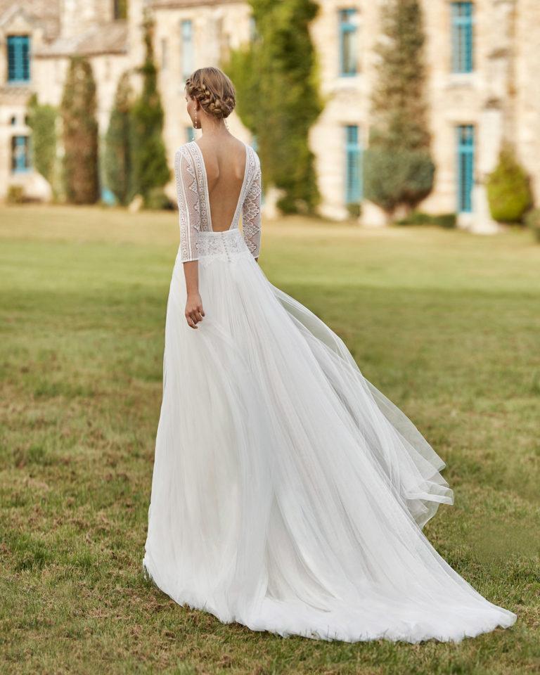 Vestido de novia de tul. Escote en V de encaje, manga tres cuartos de encaje y espalda cuadrada escotada. Colección ALMANOVIA 2021.