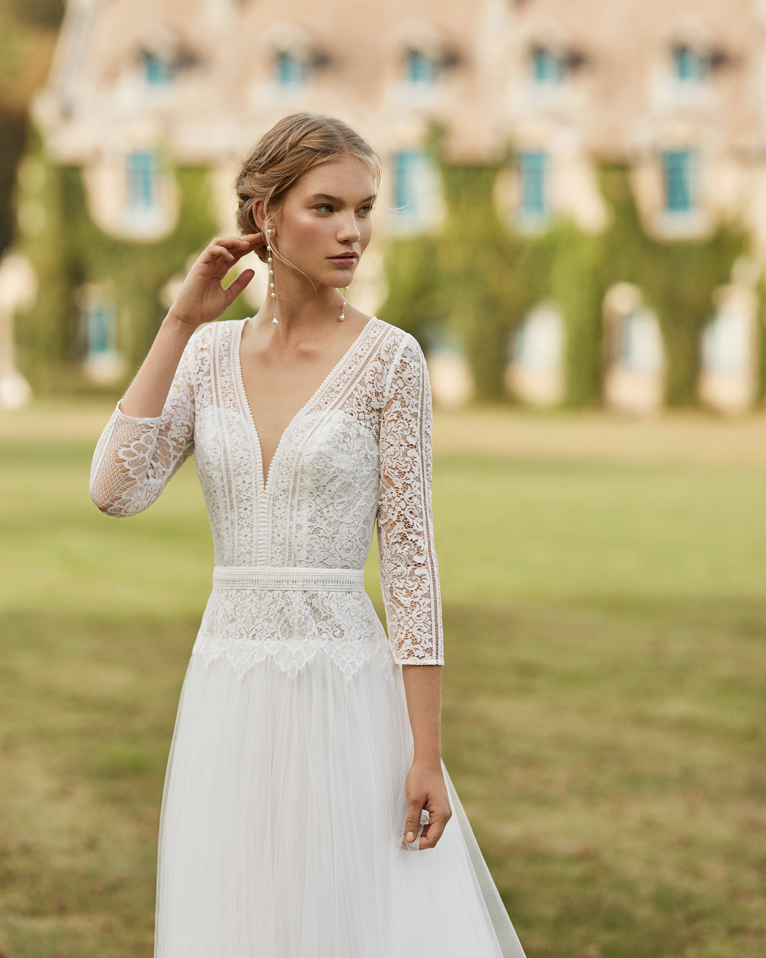 Wedding dress in tulle. V-neckline in lace, three-quarter sleeves in lace and low square back. 2021 ALMANOVIA Collection.