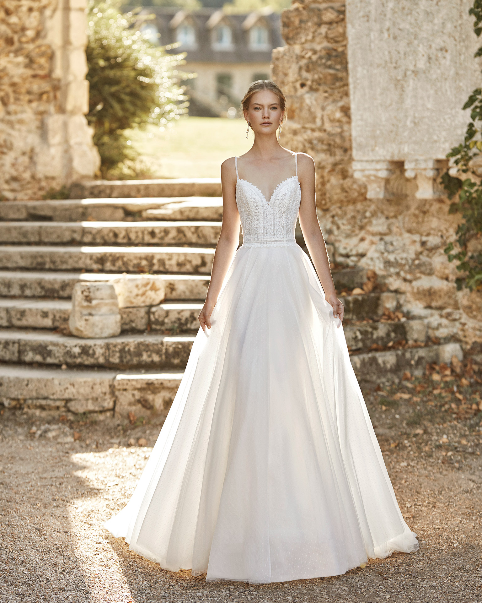 Wedding dress in dot tulle. Sweetheart neckline in lace, beaded spaghetti shoulder straps and low U-back. 2021 ALMANOVIA Collection.