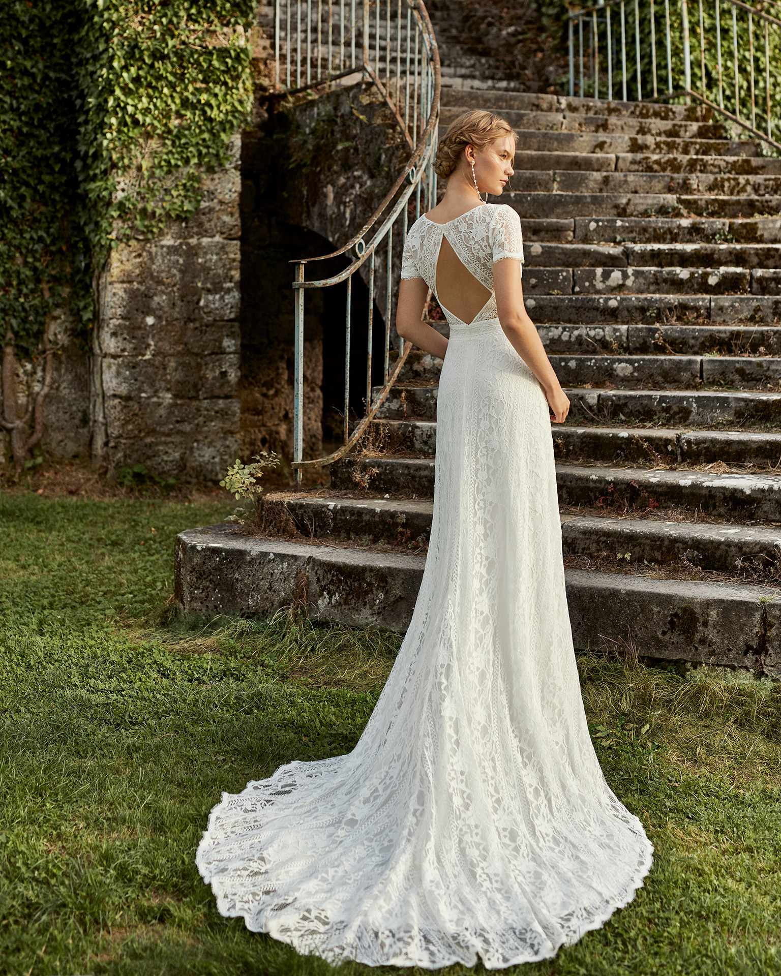 Lace wedding dress. Closed neckline in lace, short sleeves and low back. 2021 ALMANOVIA Collection.