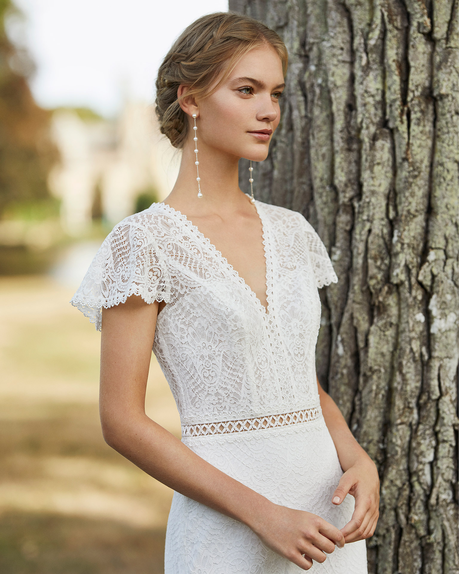 Lace wedding dress. V-neckline in lace, short sleeves, beaded lace belt and lace back with buttons. 2021 ALMANOVIA Collection.
