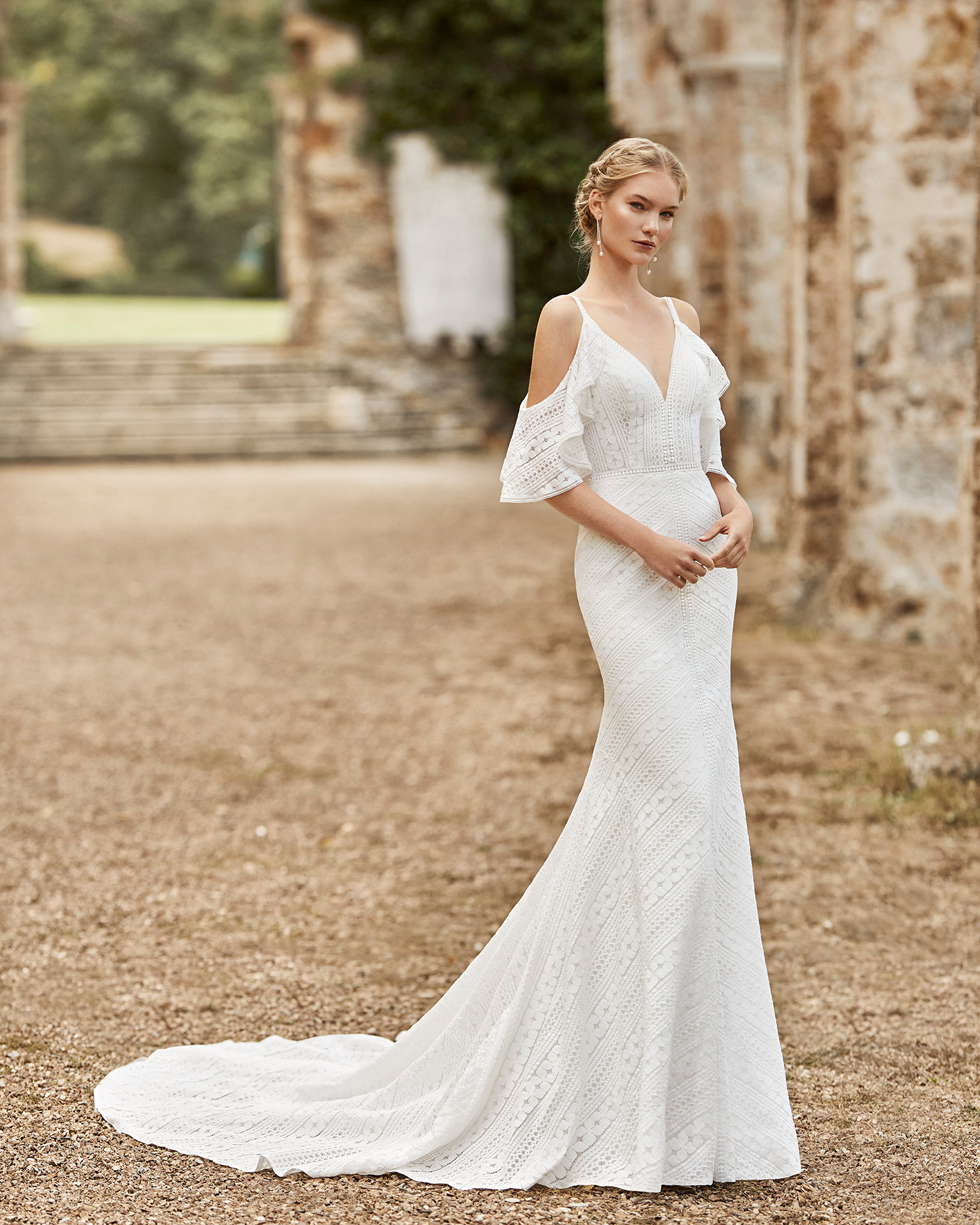 Lace wedding dress. V-neckline, off-the-shoulder sleeves in lace with shoulder straps and low V-back. 2021 ALMANOVIA Collection.
