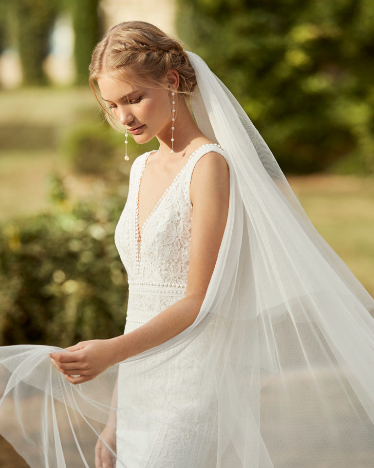Lace wedding dress. V-neckline and V-back in lace. 2021 ALMANOVIA Collection.