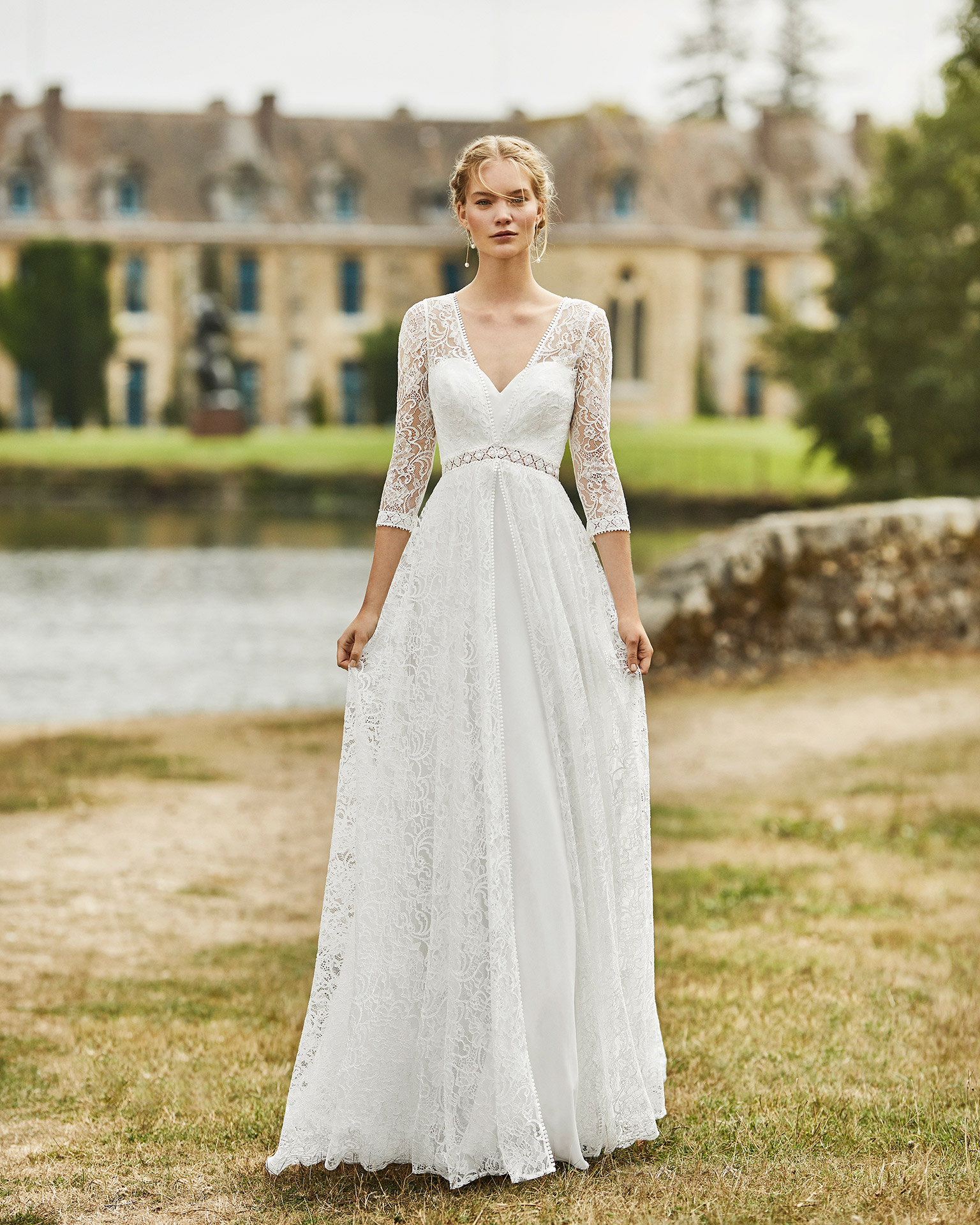 Lace wedding dress. V-neckline in lace with sweetheart underlay, three-quarter sleeves in lace and lace back with buttons. 2021 ALMANOVIA Collection.