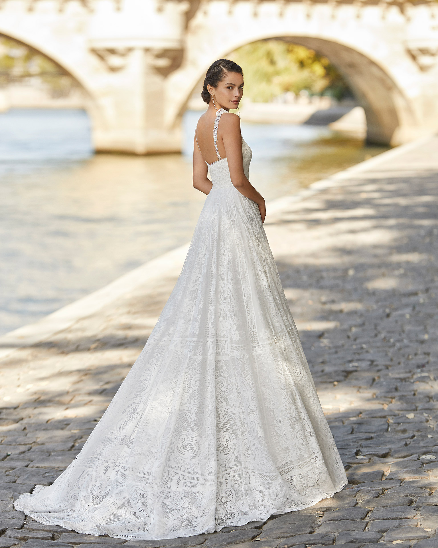 Lace wedding dress. Strapless neckline with shoulder straps and square back. 2021 ALMANOVIA Collection.