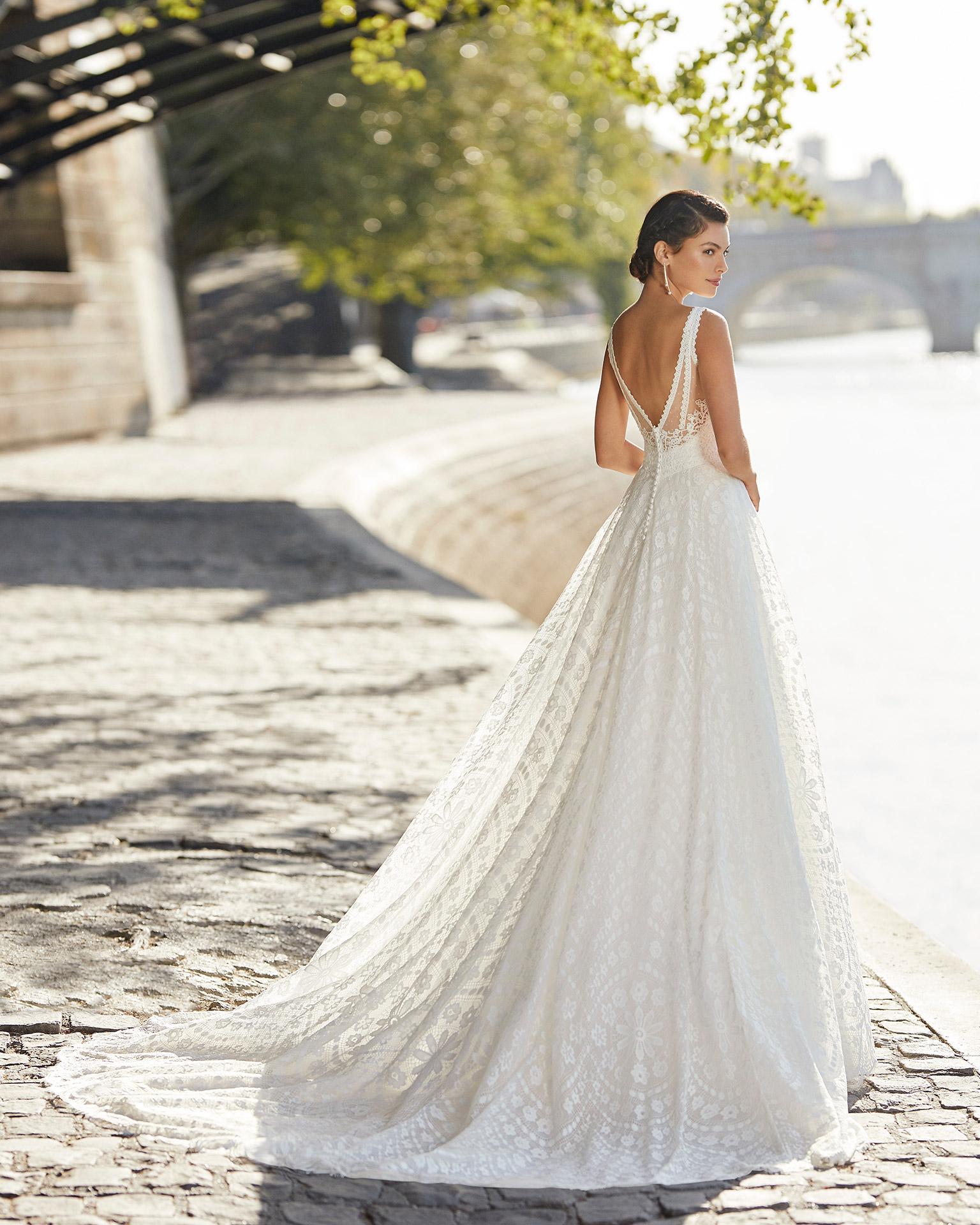 Vestido de novia de encaje. Escote en V, tirantes y espalda escotada. Colección ALMANOVIA 2021.