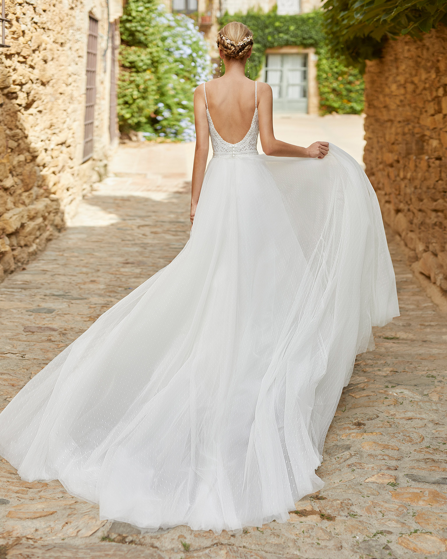 Romantic princess wedding dress with a beadwork and lace bodice. With V-neckline and round back with beaded shoulder straps. A dreamlike Alma Novia model in dot tulle. 2022 ALMANOVIA Collection.