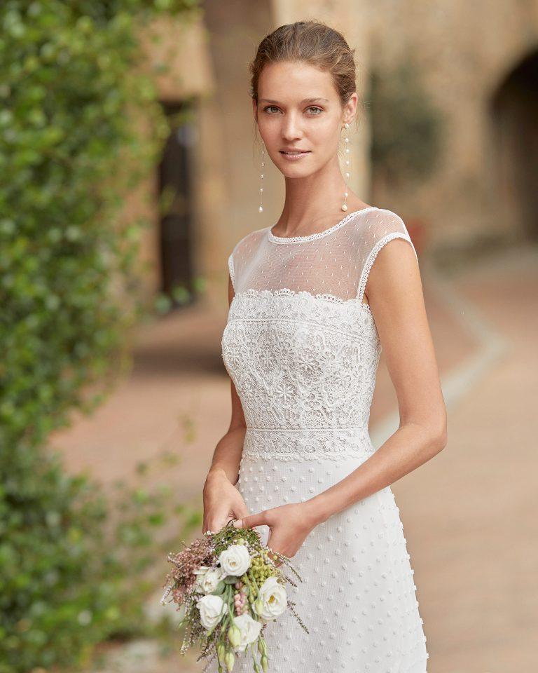 Boho-chic ballgown-style wedding dress with a lace bodice; strapless with an illusion neckline in dot tulle. Unique Alma Novia model in polka-dot chiffon. 2022 ALMANOVIA Collection.