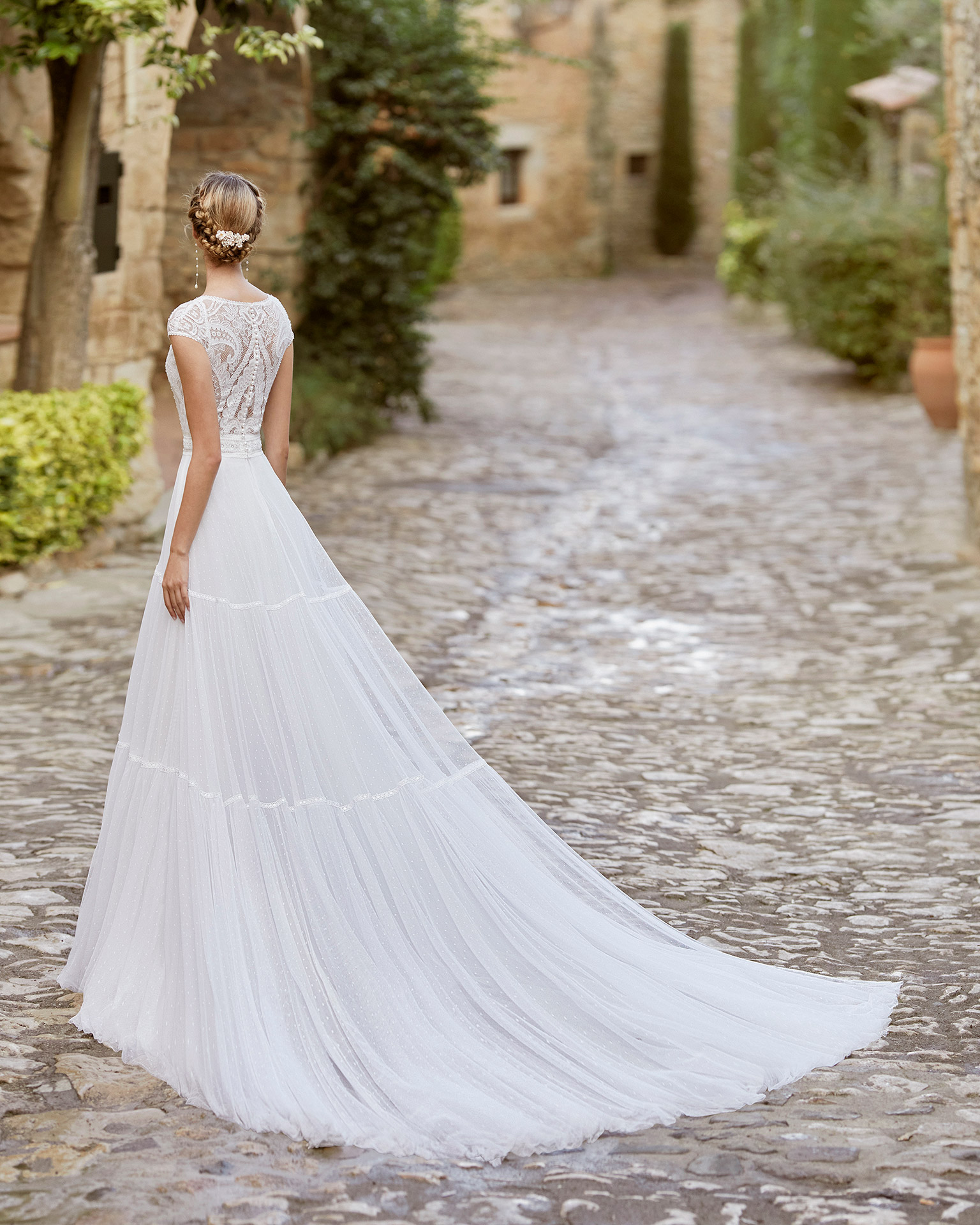Delicate ballgown-style wedding dress with a beadwork and lace bodice; with V-neckline, closed back with lace and raglan sleeves. Alma Novia model in dot tulle. 2022 ALMANOVIA Collection.