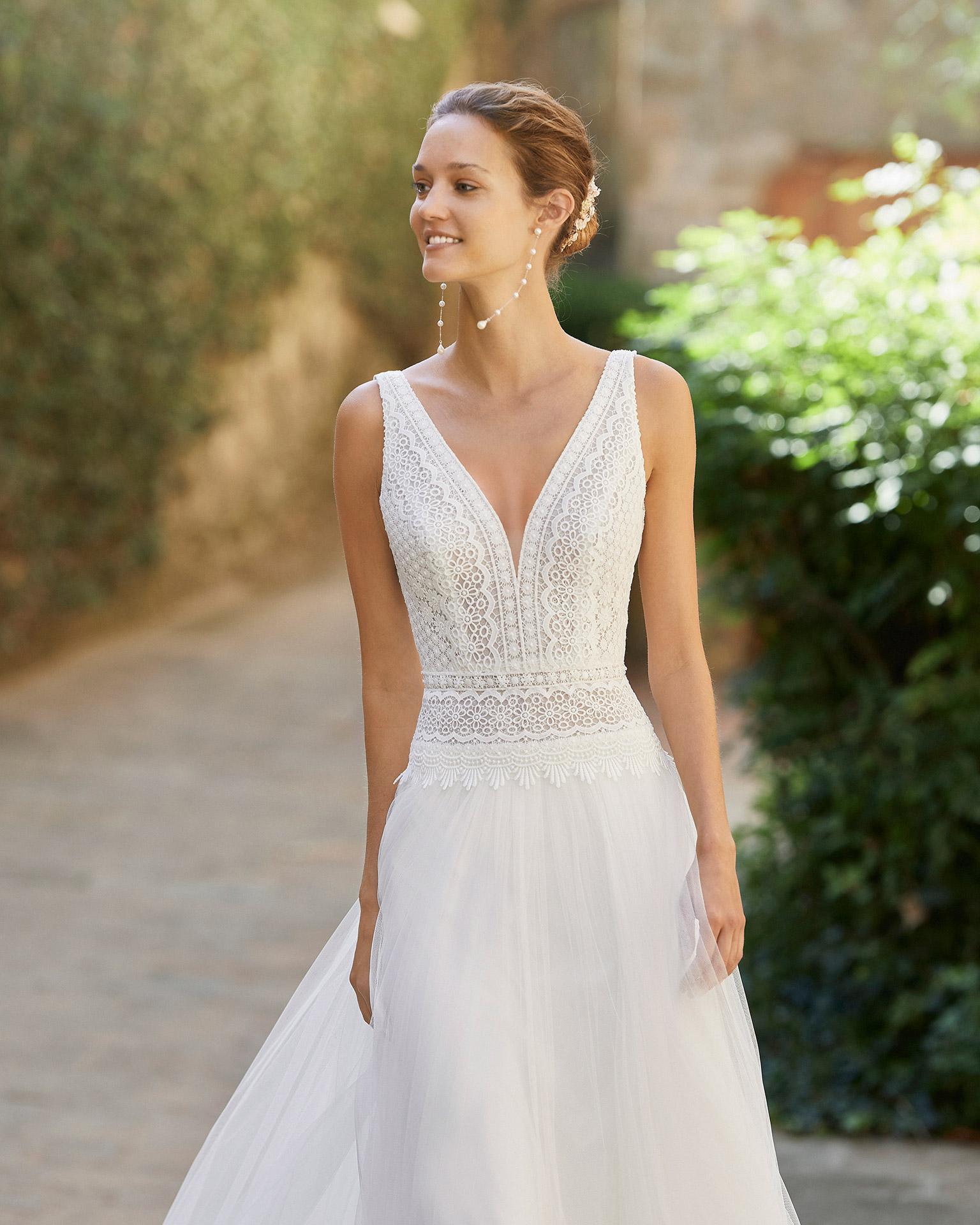 Vestido de novia ligero de corte recto con cuerpo de encaje; escote V y espalda abierta. Modelo Alma Novia confeccionado en tul. Colección ALMANOVIA 2022.