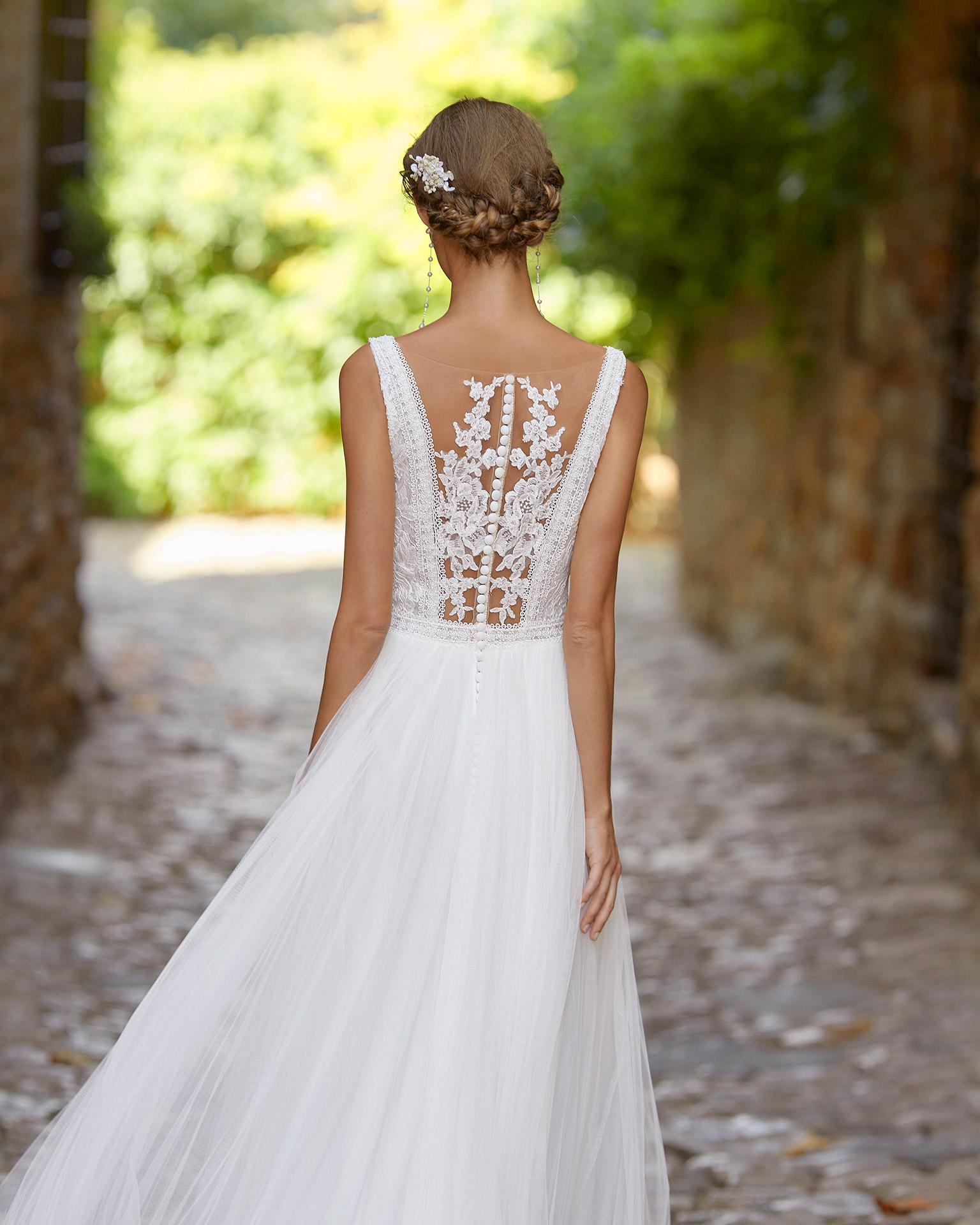 Vestido de novia delicado de corte recto con cuerpo de encaje; con escote en V, espalda tattoo y detalles de pedrería en escote y cintura. Modelo Alma Novia hecho en tul. Colección ALMANOVIA 2022.