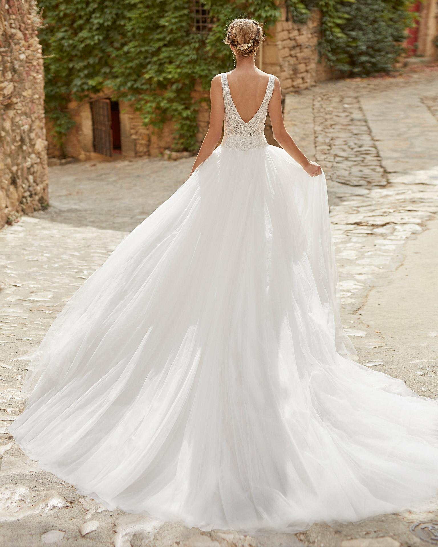 Vestido de novia delicado de corte princesa, con cuerpo de encaje con pedrería; Escote en V y espalda abierta. Modelo Alma Novia hecho en tul plumeti. Colección ALMANOVIA 2022.